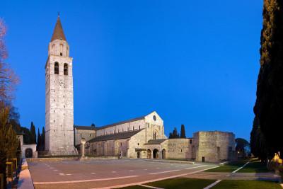 Veduta del complesso basilicale da piazza Capitolo